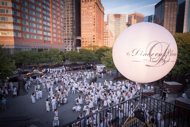 This image has an empty alt attribute; its file name is Diner-en-Blanc.jpg