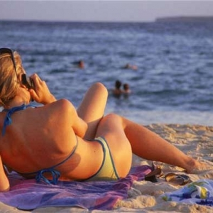 mobile-on-beach-wo_1773436b